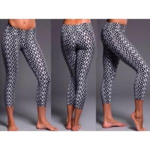 Onzie Black Diamond Tribal Print Capri Leggings XS